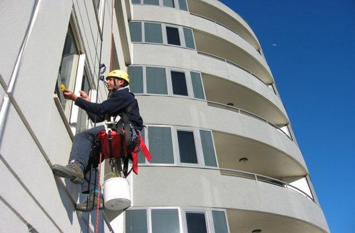 Dịch vụ lau kính tòa nhà