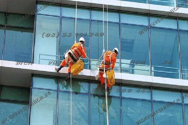 vệ sinh kính sau khi xây dựng