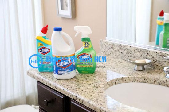 Cách tẩy sàn nhà vệ sinh bằng clo